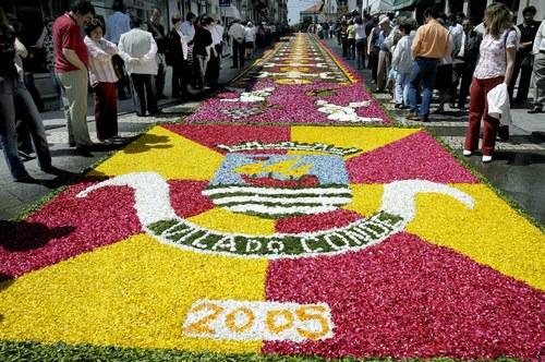 A FESTA DO CORPO DE DEUS E A TRADIÇÃO DOS TAPETES DE FLORES