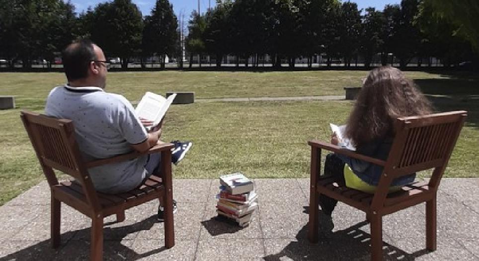 Biblioteca no Jardim