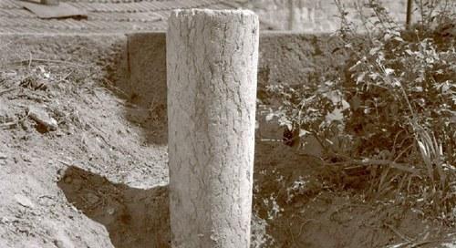 Duas colunas, dois marcos e algo mais... A arqueologia entre papeis.