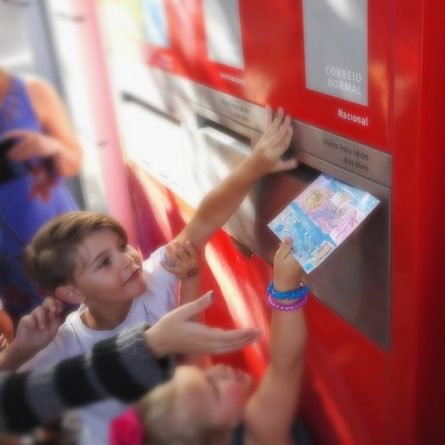 Oficina de arte postal e arte por correio para crianças e famílias