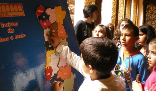 Turistas miúdos e graúdos no Museu